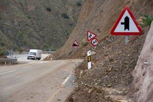 La mitad de la calzada de la carretera Torvizcón-Cádiar está inutilizable por los desprendimientos