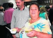 Mecinera degustando un plato de habichuelas