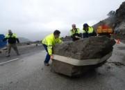 Personal de Obras Públicas se movilizó rápidamente ayer para apartar el peñasco de la vía.